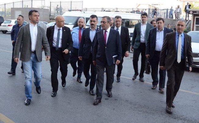 Enis Berberoğlu adliyeye CHP'li vekiller Sezgin Tanrıkulu, Barış Yarkadaş Eren Erdem ve Engin Altay ile birlikte gelmişti.