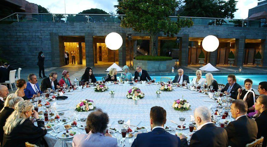 Cumhurbaşkanı Erdoğan'ın sanatçılara verdiği iftara Mustafa Ceceli ve Gülben Ergen'in katılmaması dikkat çekti