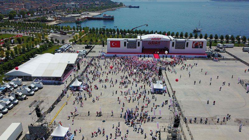 Türkiye'nin dört bir yanından yüzbinlerce insan Maltepe'deki tarihi buluşmaya katılmak için İstanbul'a geldi. CHP'lilerin aktardığına göre katılımın 2 milyonu aşması bekleniyor.