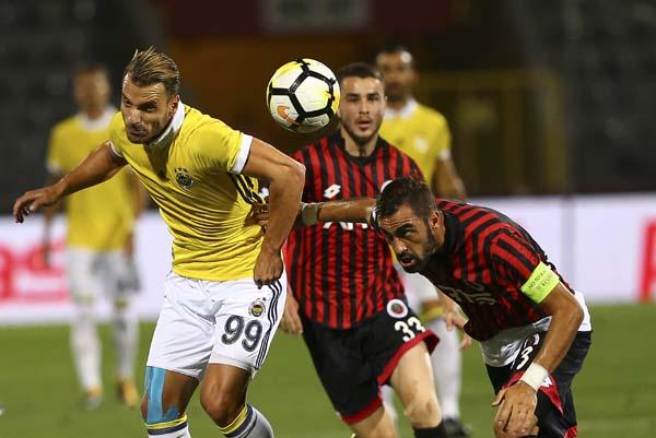 Süper Lig'in 3. haftasında Gençlerbirliği ile Fenerbahçe, Ankara 19 Mayıs Stadyumu'nda karşılaştı. Bir pozisyonda Fenerbahçe'de Soldado, rakibiyle mücadele etti. ( Gökhan Balcı - Anadolu Ajansı )