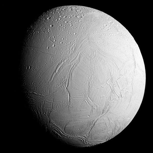 Satürn'ün uydusu Enceladus (Kutupta gayzerlerden sıvı fışkırtıyor. Yaşam kanıtı olabilecek organizmalar olabileceği düşünülüyor)