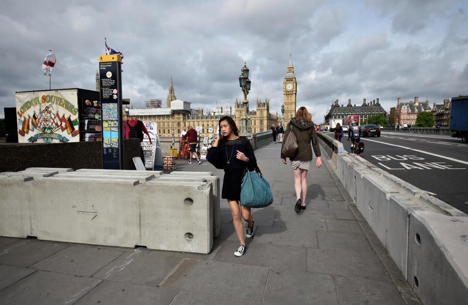 Londra Westminister Köprüsü'nde gerçekleşen terör saldırısında sonra birçok noktaya beton bariyer kondu. Ancak Londra halkı çirkin görüntü ve yürüyüş kısıtlamasından rahatsız.