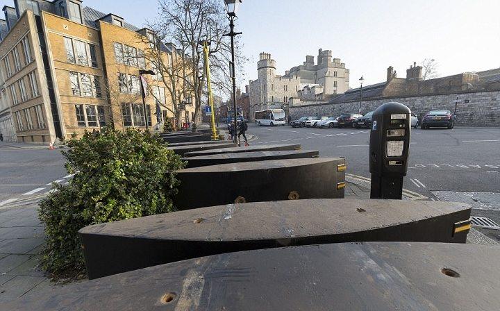 İngiltere'de Windsor Kalesi'ne çıkan yollara metal bariyerler konuldu.