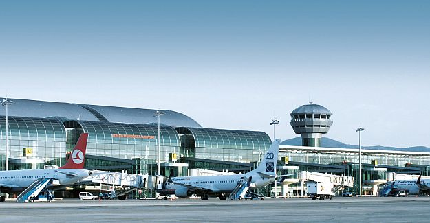 izmir adnan menderes havalimanı Eşcinsel turistler İzmir'de gerekçesiz sınır dışı edildi polis