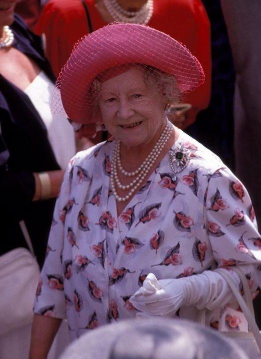 Ana Kraliçe Elizabeth Bowes Lyon, Kraliçe II. Elizabeth`in annesi, VI. George`un da eşidir. (d. 1900 - ö. 2002)