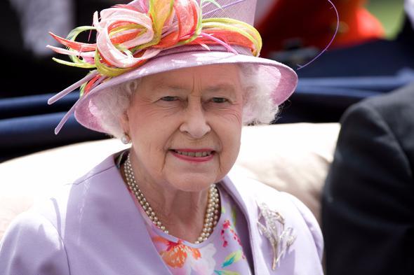 II. Elizabeth, İngiliz Milletler Topluluğu üyesi elli üç ülkeden on altısının kraliçesi. Aynı zamanda Topluluk Başkanı ve İngiltere Kilisesi Yüksek Valisi'dir. 6 Şubat 1952'de tahta çıktığında Topluluk Başkanı ve yedi ülkenin kraliçesi oldu.