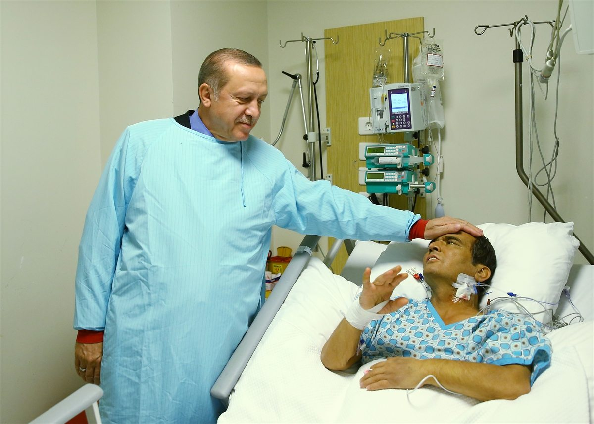 Cumhurbaşkanı Erdoğan, geçtiğimiz ay Naim Süleymanoğlu'nu müşahede altında tutulduğu hastanede ziyaret etmişti.