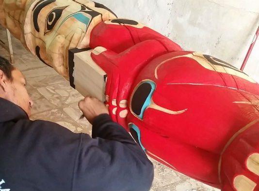 Türkiye'de yaşayan ender Kızılderililer'den biri olan Jno Didrickson Türkiye'de ilk totem eserleri Balıkesir'in Burhaniye ilçesinde yapıyor.