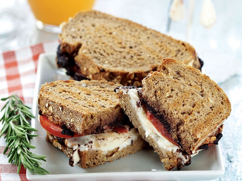 beyaz peynirli domatesli kekikli tost