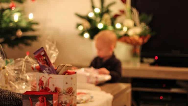 yeni yıl çocuklar yılbaşı çam ağacı noel baba hediyeler