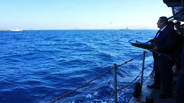 Kardak'a çelenk atmak isteyen Yunanistan Savunma Bakanı, adaya yaklaştırılmadı.