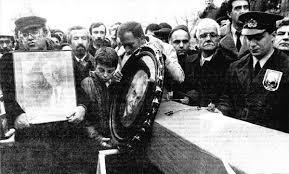 Uğur Mumcu, Muammer Aksoy'un cenaze töreninde fotoğrafını taşıyor
