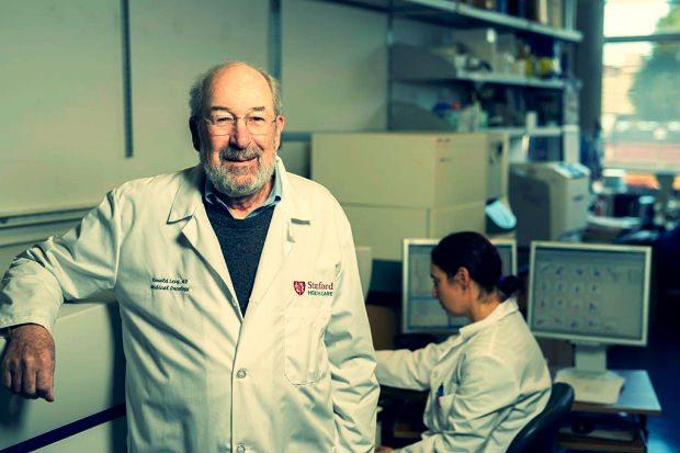 Ronald Levy (solda) ve Idit Sagiv-Barfi (sağda), iki immün-uyarıcı ajanın doğrudan katı tümörlere enjekte edilmesini içeren olası bir kanser tedavisi üzerinde çalışmaya öncülük etti. Steve Fisch