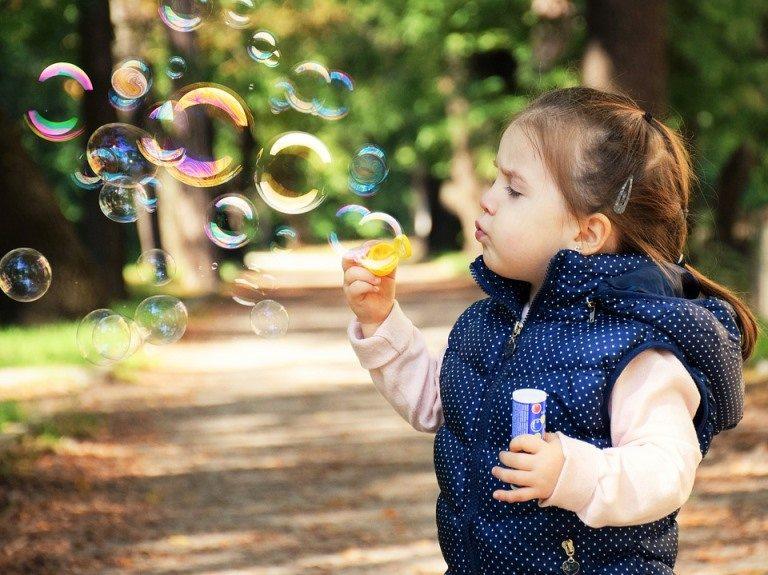Mutlu çocuk yetiştirmenin sırları neler? Anne baba ne yapmalı?