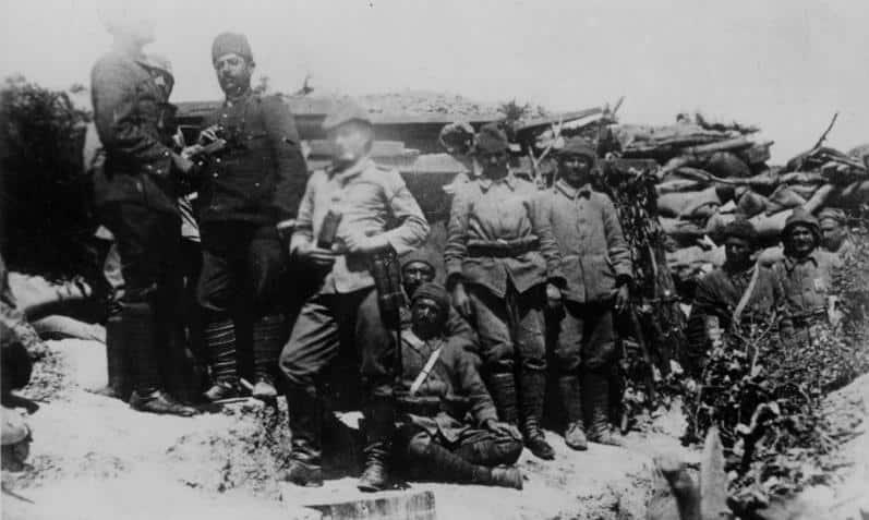 Gelibolu'da bir sığınağın önünde Türk askerleri
