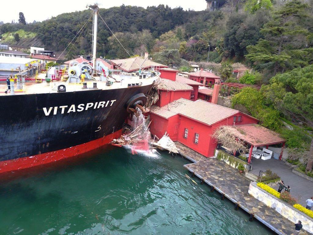 Video: İstanbul Boğazında gemi yalıya çarptı