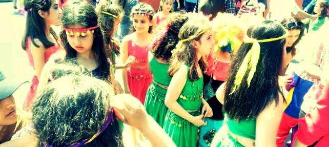 Mersin akdeniz kıyafet nedeniyle kız çocuklarının gösterisini yarıda kestiler!