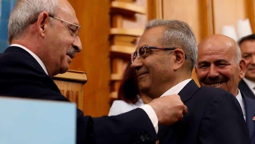 Eski Ülkü Ocakları Genel Başkanı Alaattin Aldemir'e CHP rozetini Kemal Kılıçdaroğlu taktı.