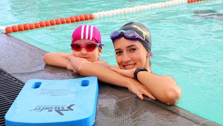 Çocuğuyla birlikte spor yapmak isteyenler çocuk havuzu yüzme dersi carrera mistral