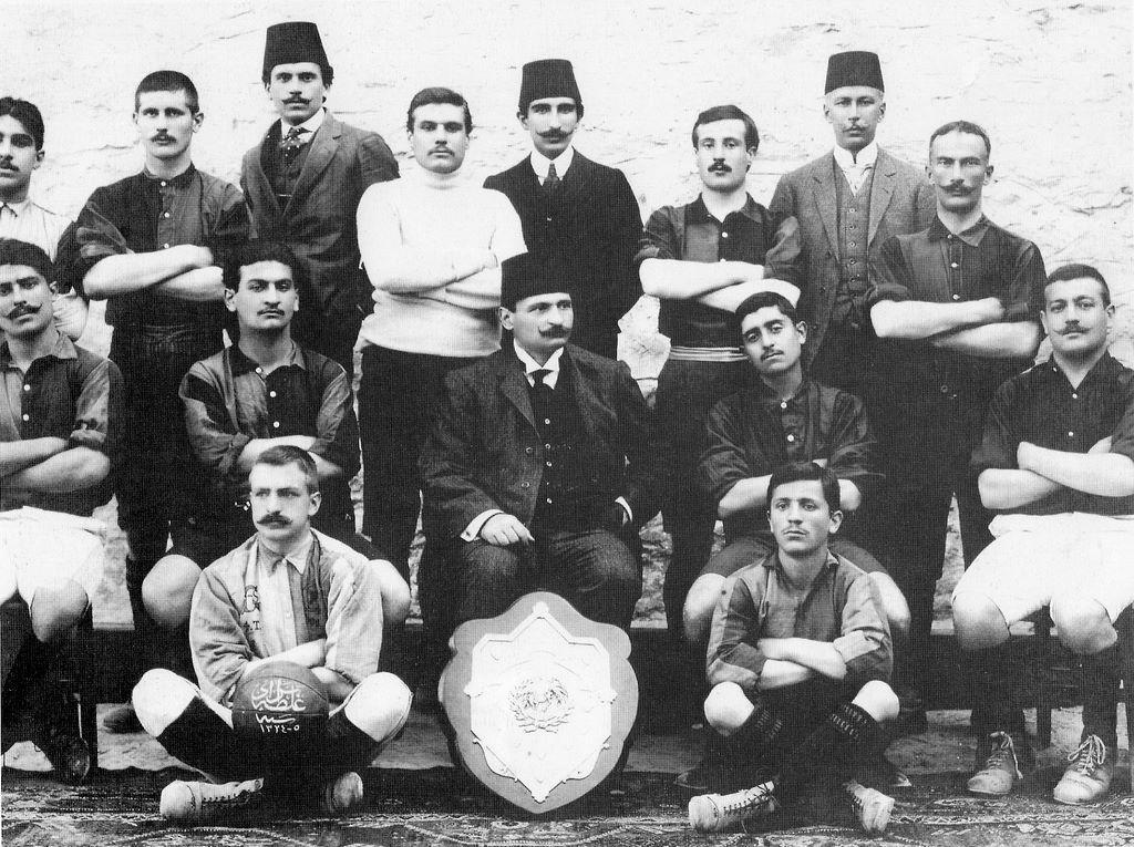 Galatasaraylılar ve takımın hami (koruyucu) başkanı Tevfik Fikret (ortada oturmakta)