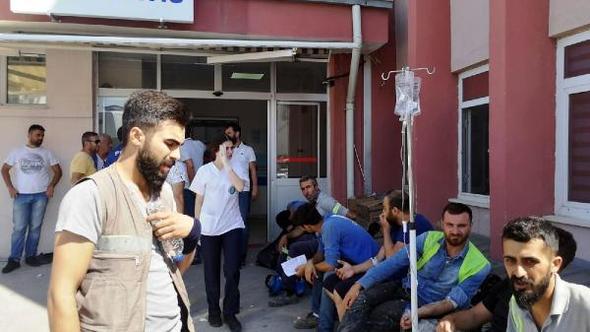 İzmir'in Aliağa ilçesindeki Star Rafinerisi şantiyesinde çalışan yaklaşık 600 işçi, gıda zehirlenmesi şüphesiyle hastaneye kaldırıldı.