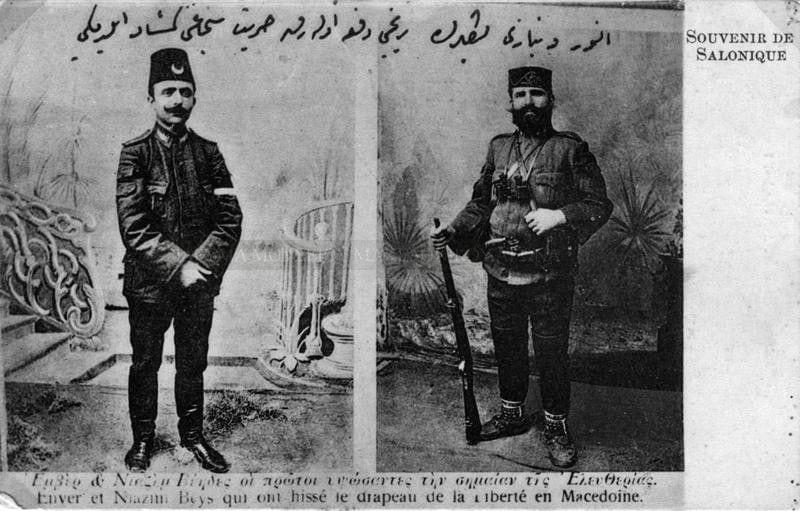 Solda İttihat Terakki'nin önde gelenlerinden Enver Bey, sağda Hürriyet Kahramanı Resneli Niyazi