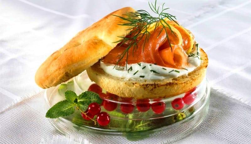 Focaccia ekmeğinde somon füme
