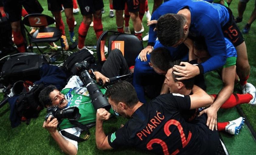 AFP'li fotoğrafçı Yuri Cortez / Rusya 2018'de Hırvatistan ile İngiltere arasındaki maçta fotoğraf çekerken futbolcuların çarpmasıyla yere düşen Hırvatistan Ulusal Turizm Kurulu'ndan davet aldı.