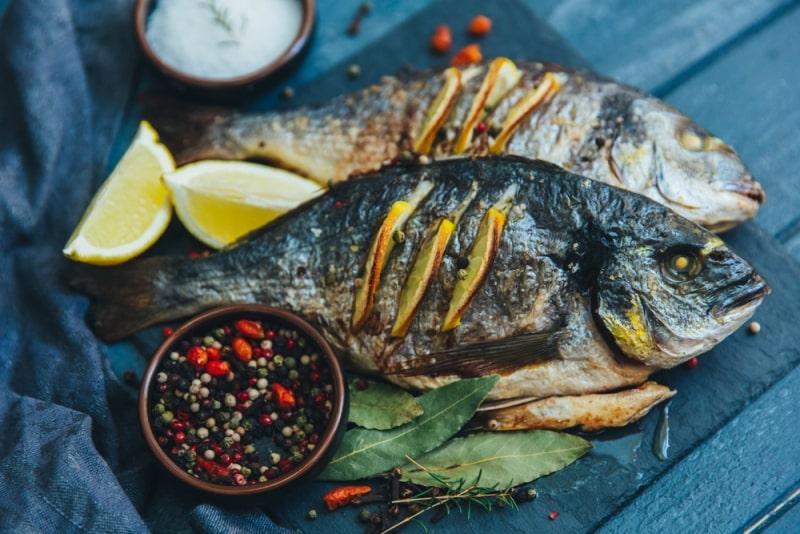Balığı fırında ya da buğulama yapın balık nasıl pişirilir