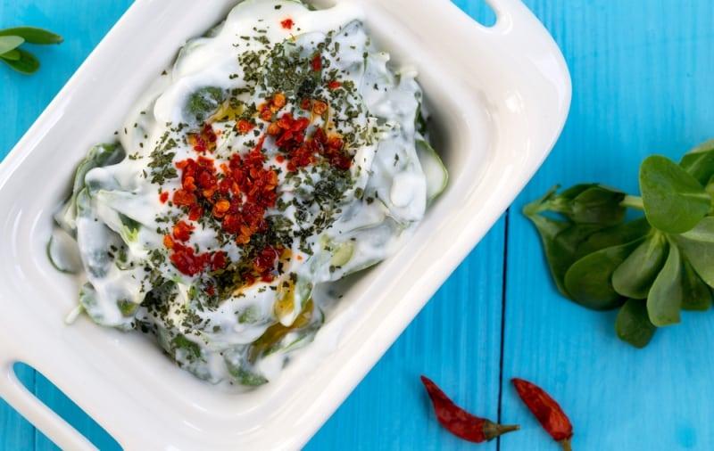 Yılbaşı yemeği için örnek menüler ve sağlıklı beslenme önerileri yoğurtlu semizotu meze salata