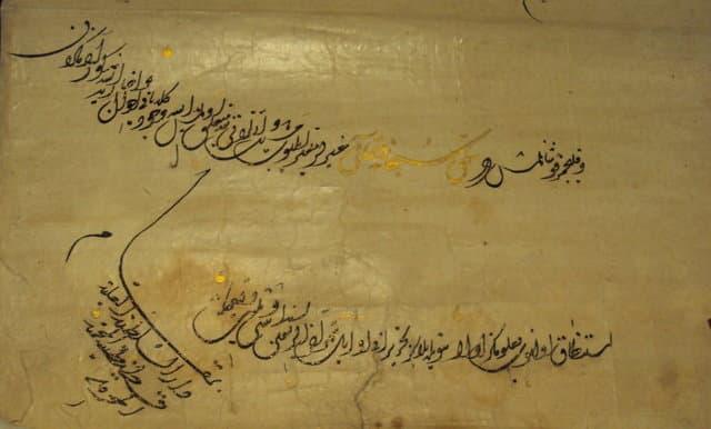 """Görselde, Osmanlı Devleti padişahlarından Sultan Kanuni Süleyman'ın, Fransa kralına yazdığı mektubun bir kısmında, """"ben ki, ... Allah'ın yeryüzündeki gölgesi"""" ifadesini kullanmıştır. Bu belgeyle de görülüyor ki, Osmanlı Devleti'nde de """"tanrı vekili"""" sultanlar vardı."""