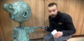 Avanak Avni heykeli bana gülümsediği için çaldım