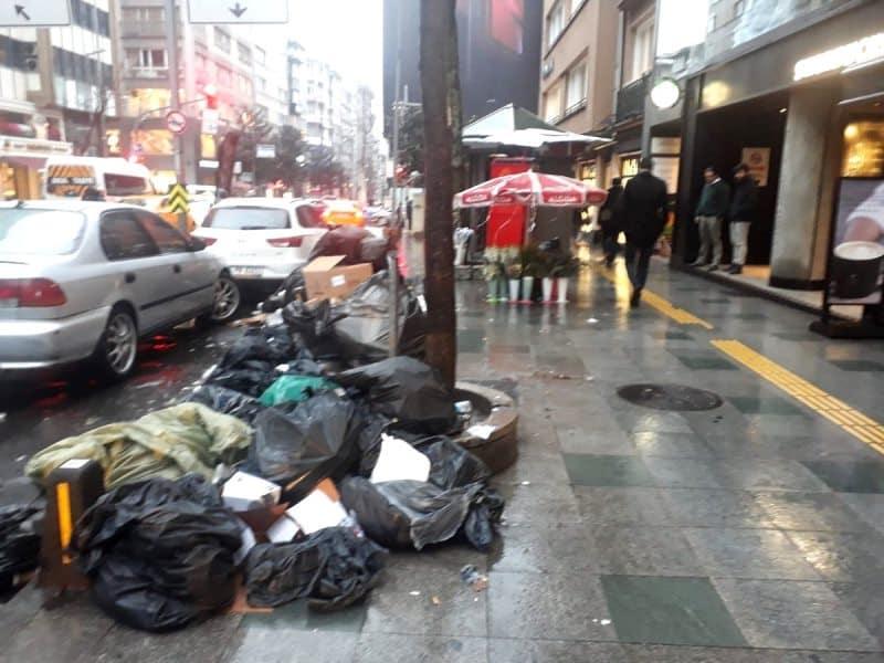 Şişli Belediyesi çöp toplamadığı için Nişantaşı gibi ünlü semtlerde çöp birikintileri oluştu