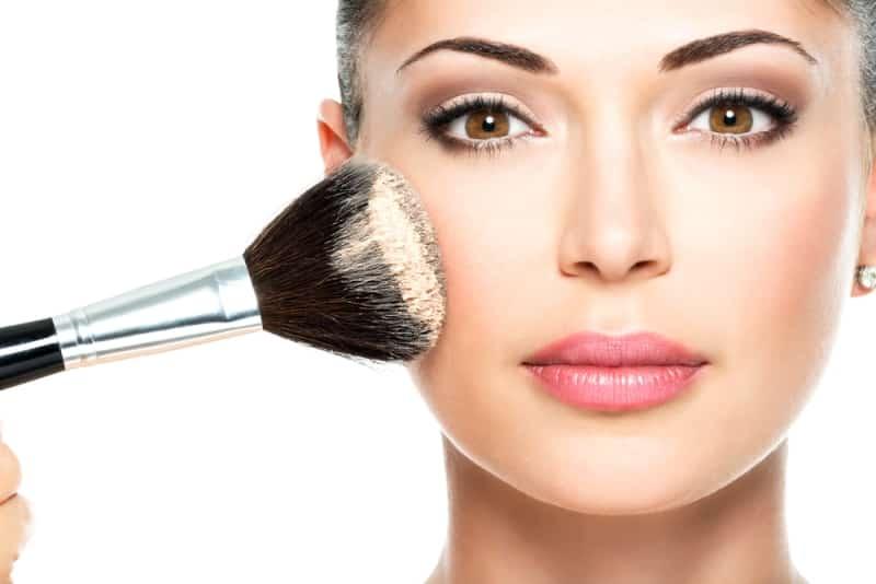 Makyaj ürünlerini temizlemeden yatmak cildi yaşlandıran faktörler