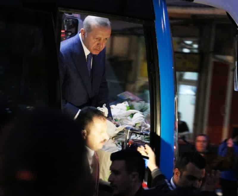 Cumhurbaşkanı Erdoğan otobüsten çay dağıtımı