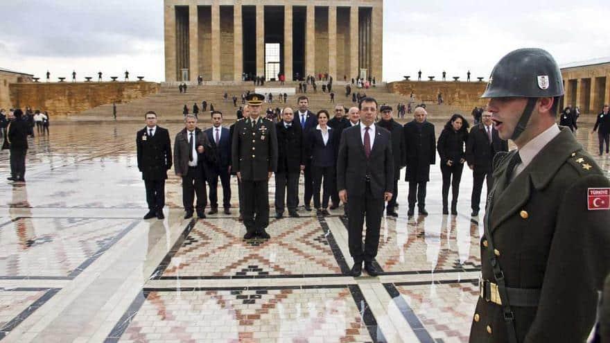 Ekrem İmamoğlu, Ulu Önder Mustafa Kemal Atatürk'ün mozalesinde saygı duruşunun ardından İsmet İnönü'nün kabrini de ziyaret etti.