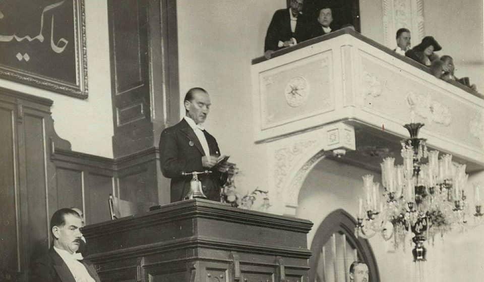 Atatürk Nutuk'u okurken