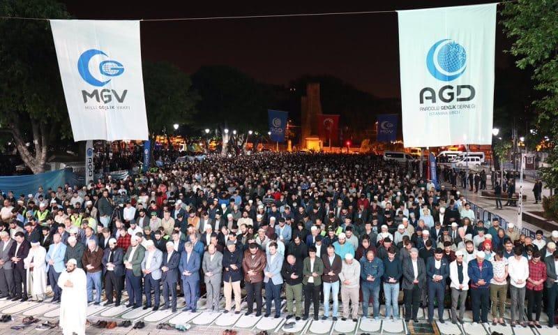 ayasofya fetih namazı Anadolu Gençlik Derneği üyeleri Ayasofya Müzesi önünde namaz kıldı: Zincirler kırılsın, Ayasofya açılsın