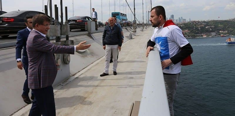 AKP tişörtü giyip köprüden atlamak istedi, Davutoğlu vazgeçirdi