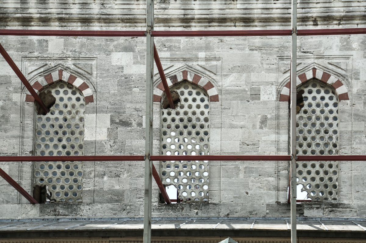 Sultanahmet Camii restorasyonu: Beton pencerelerin kırılması tartışma yarattı