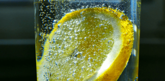 Elektrolit ve mineral kaybını gidermek için maden suyuna bir dilim limon atın