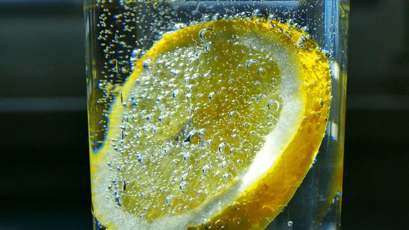 Elektrolit ve mineral kaybını gidermek için limonlu maden suyu