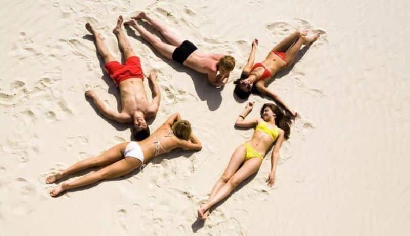 plaj deniz kum güneşlenme yanık