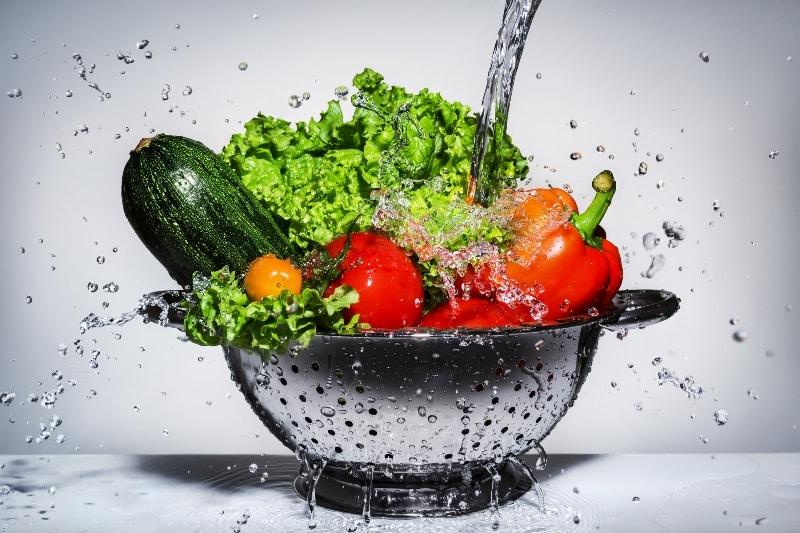 Domates, salatalık anne gibidir; yedirir, içirir, korur!