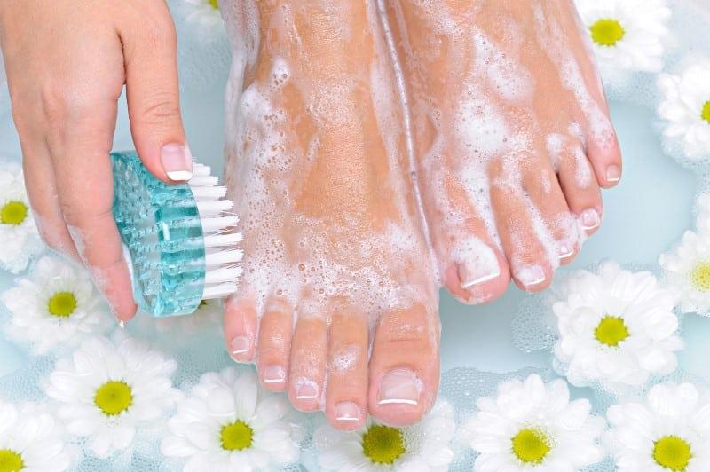 ayak bakımı fırçalama topuk dileni çatlak