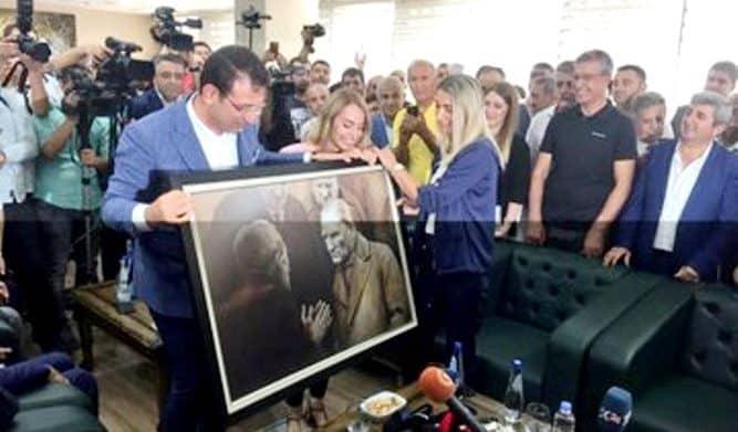 İBB Başkanı Ekrem İmamoğlu bugün Diyarbakır'da görevden alınan başkanlara Atatürk'ün fotoğrafını hediye etti: Vatandaşı dinleme nezaketini gösteren bir tablo. Duvardan indirmişlerdi.