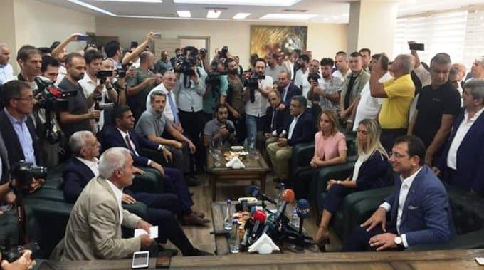 Ekrem İmamoğlu, görevden alınan belediye başkanları Selçuk Mızraklı ve Ahmet Türk'ü ziyaret etti.