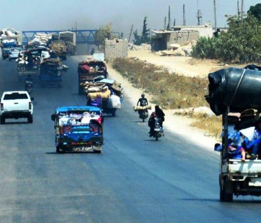 İdlib de tansiyon yükseliyor: Akın akın Türkiye sınırına geliyorlar!