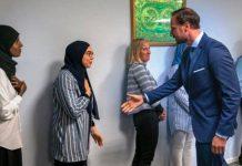 Kadınlar tokalaşmayı reddedince Norveç Veliaht Prensi haakon eli havada kaldı