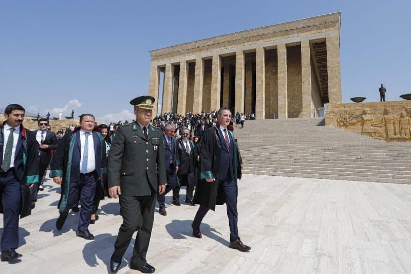 Saray da Adli Yıl Açılışı reddeden barolar Anıtkabir ziyaret etti